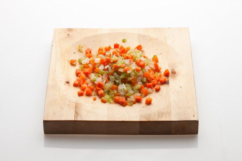 Potongan sayuran gaya brunoise.