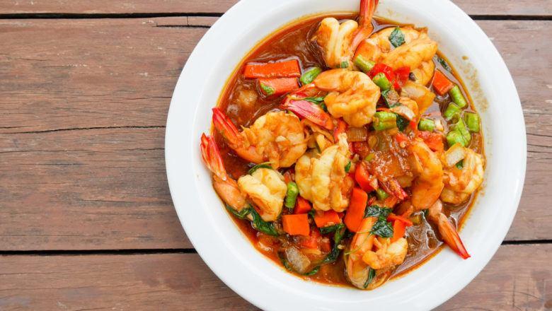 Hasil masak resep udang saus tiram juga enak dipadukan dengan tambahan sayuran.