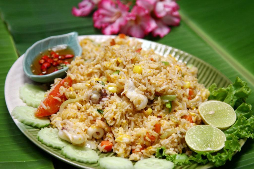 Nasi goreng cumi, wajib coba untuk penggemar seafood.