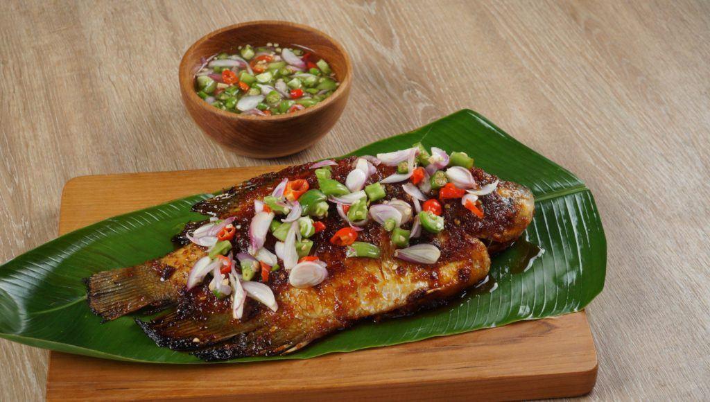 Gurame bakar disajikan dengan sambal colo-colo.