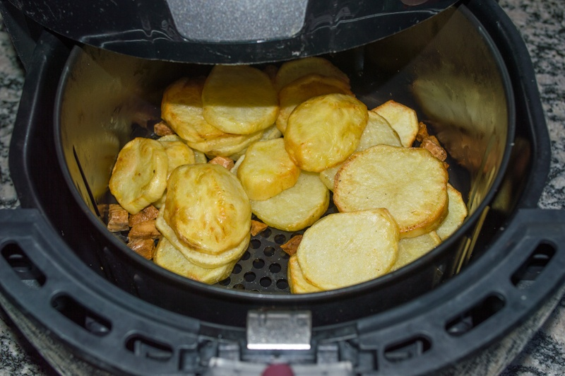 Air fryer memasak kentang.