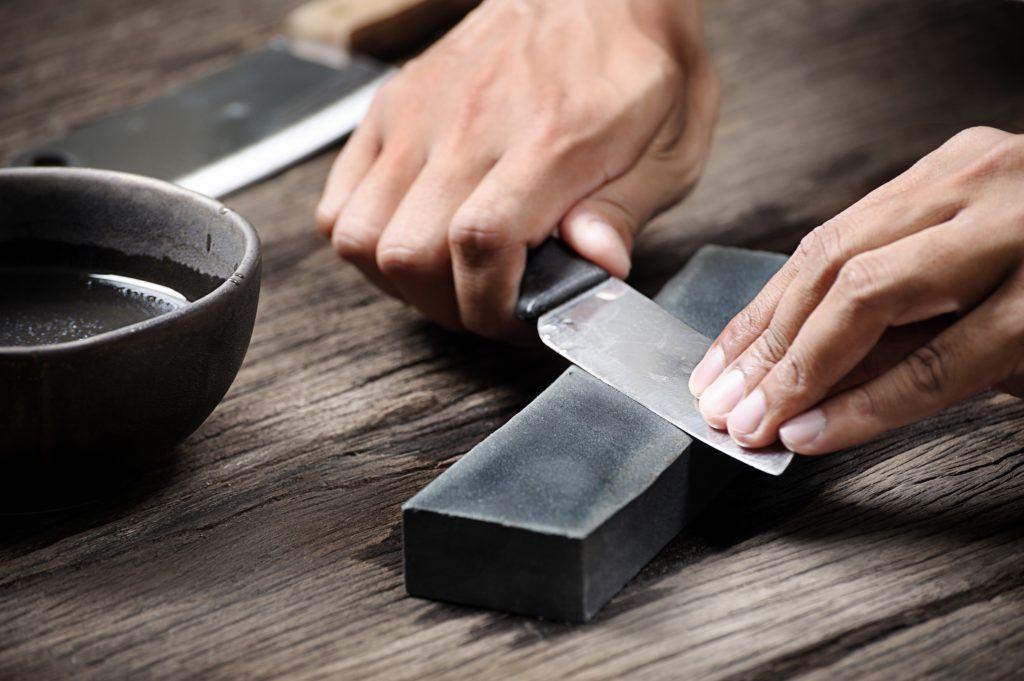 Cara mengasah pisau menggunakan batu asah.