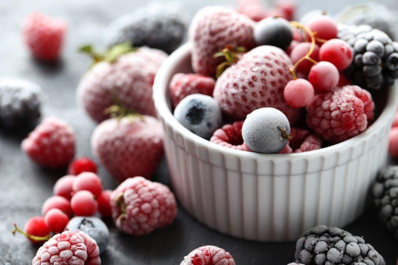 Freezer kulkas sebagai tempat membekukan buah.