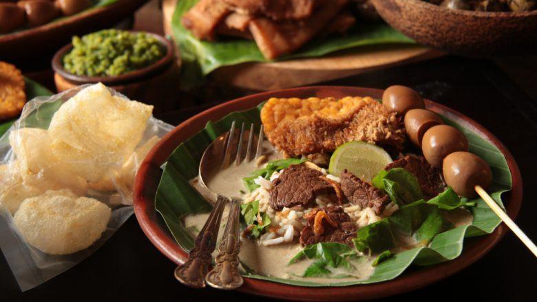 Nasi pindang Semarang disajikan bersama aneka makanan lainnya.