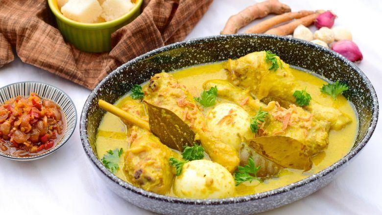 Opor ayam kampung disajikan dalam mangkuk besar.