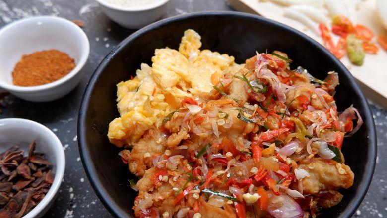 Sepiring ayam sambal matah ala Bali yang siap disajikan bersama nasi putih.