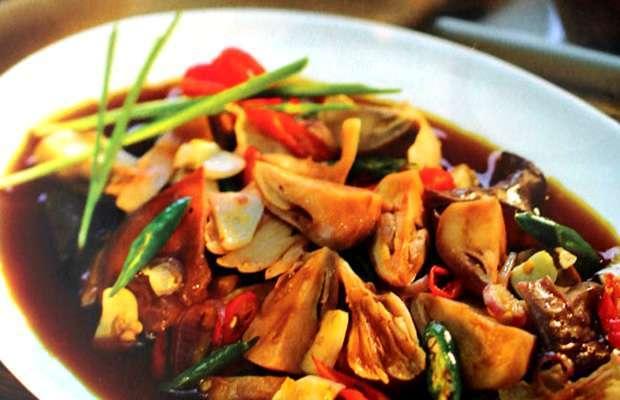 Semur jamur pedas sebagai lauk pendamping.