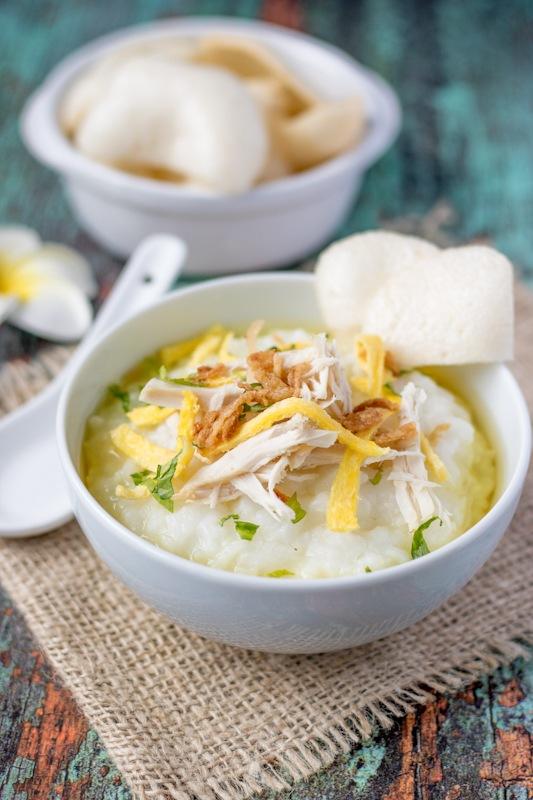 Bubur ayam lengkap dengan topping dimasak dengan slow cooker.