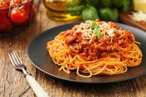 Jenis-jenis pasta berupa spaghetti bolognese.