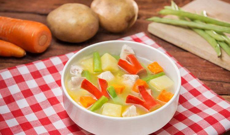 Sup ayam dan sosis tersaji hangat.