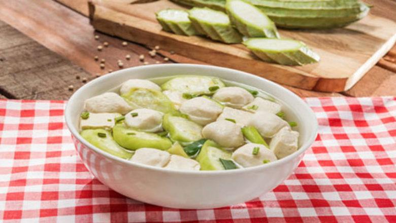 Sup tahu bakso ikan hangat tersaji.