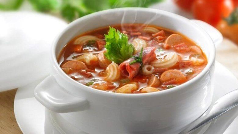Sup Tomat Daging Asap hangat tersaji.