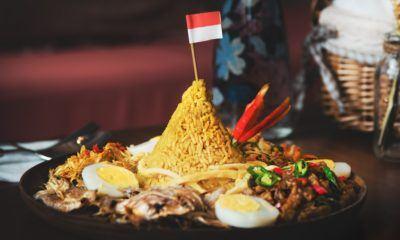 Tumpeng kemerdekaan dengan bendera Indonesia.