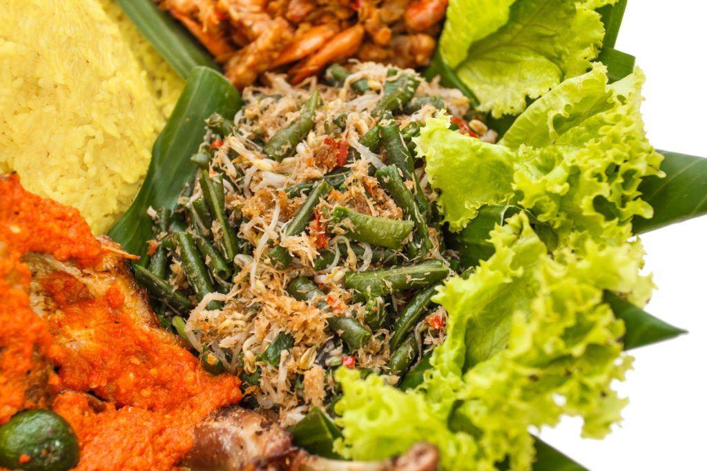 Urap sayur lengkap di hidangan tumpeng kemerdekaan.