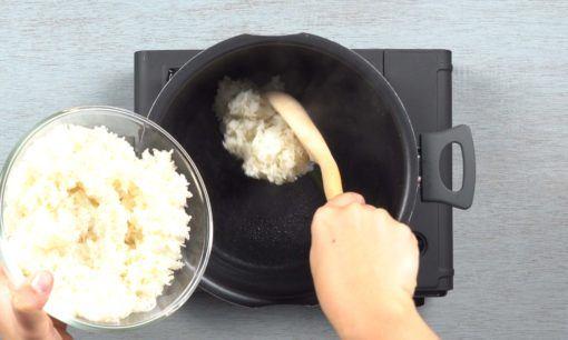 Memasak nasi ketan untuk wajik.