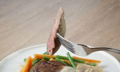 Steak daging saus krim jamur sedang dinikmati.
