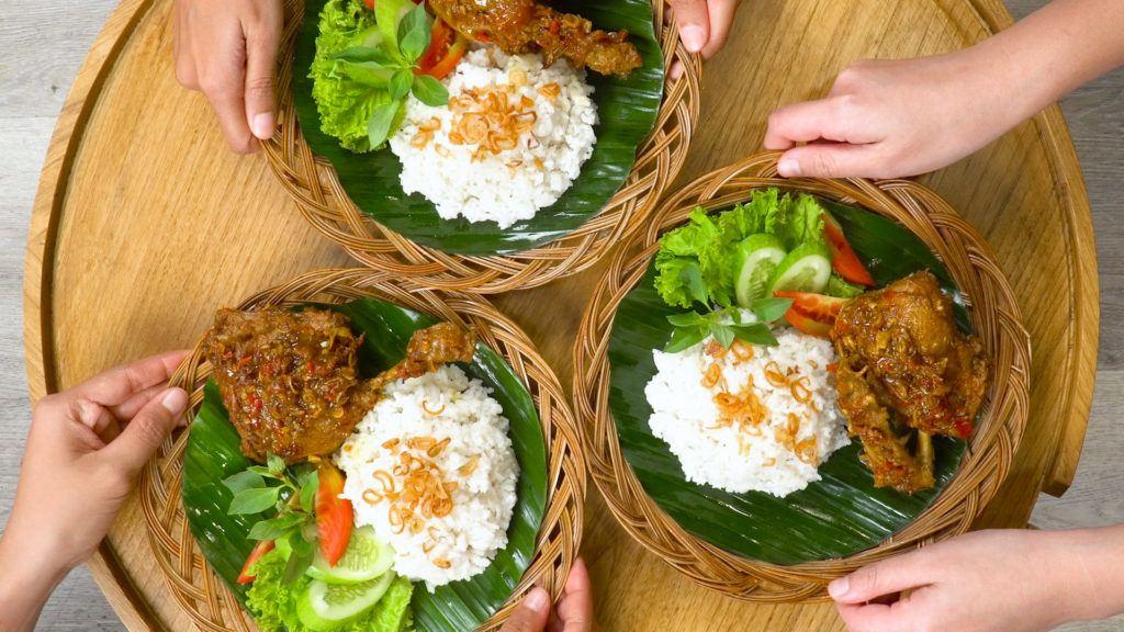 Makanan khas Madura, nasi bebek Madura tersaji tiga porsi.