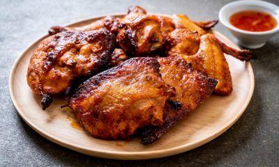 Sepiring ayam bakar hitam manis dengan sajian sambal.