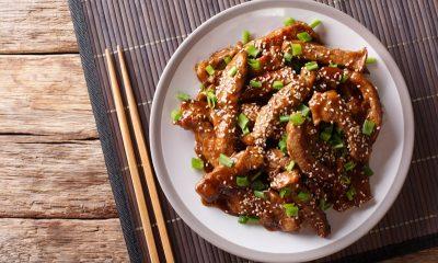 Daging bumbu teriyaki nikmati meski ditemani hanya dengan semangkuk nasi hangat.