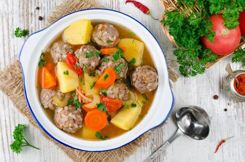 Masakan daging sapi berupa sup bola.