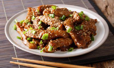 Hasil cara masak daging sapi teriyaki dibubuhi daun bawang.