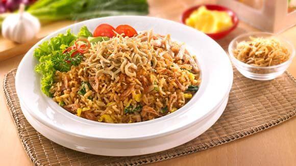 Sepiring nasi goreng teri Medan tersaji hangat.
