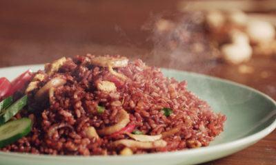 Nasi goreng beras merah yang tersaji hangat.