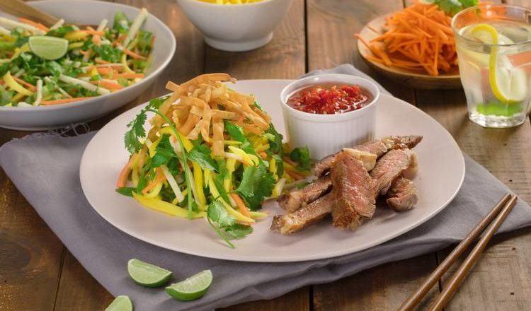 Salad mangga a la Thai tersaji.