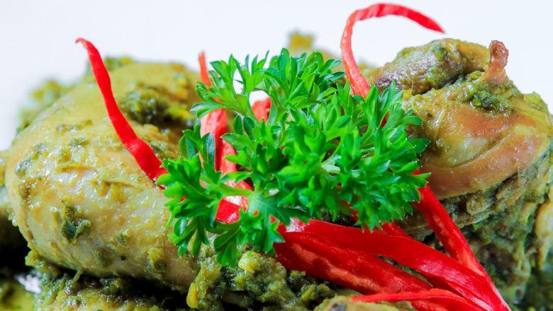Ayam bumbu hijau makin mantap ditemani sayuran bersantan.
