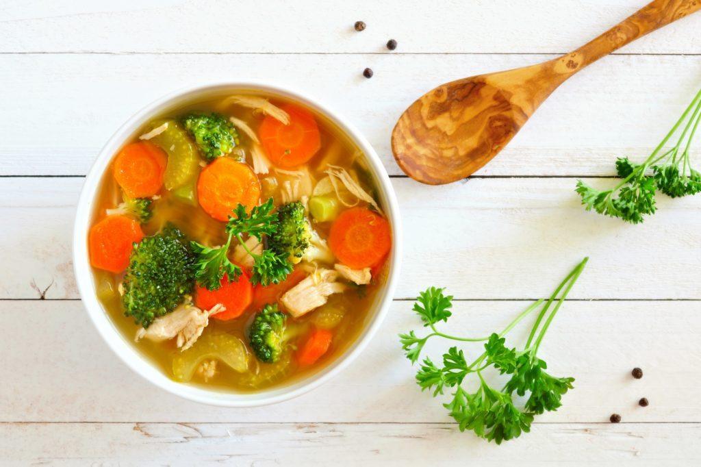 Masakan sayur berupa semangkuk sup ayam dan sayuran.