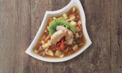 Semangkuk sup leher ayam yang lezat.