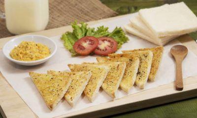 Sepiring roti panggang dengan olesan roti selai bercita rasa gurih.
