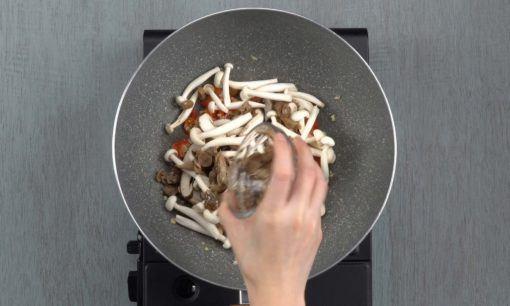 Jamur dimasukkan ke dalam wajan berisi bumbu halus.