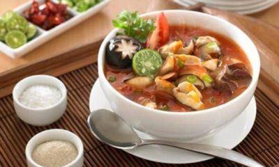 Sup ayam pedas jamur hangat tersaji.
