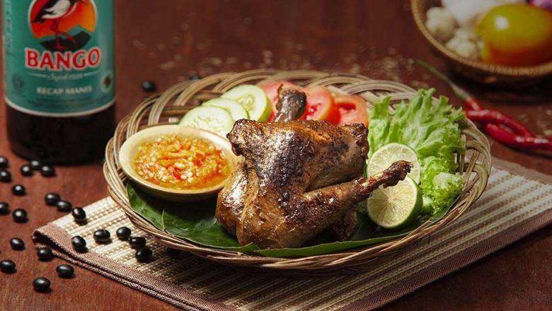 Ayam bakar pedas manis menanti untuk disantap.
