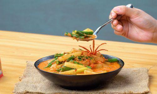 Semangkuk sayur godog tengah dinikmati sebagai makanan Lebaran.