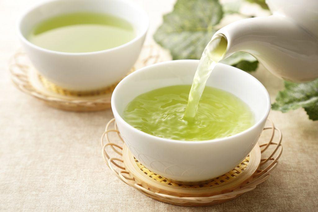 Air teh hijau dituangkan ke dalam gelas
