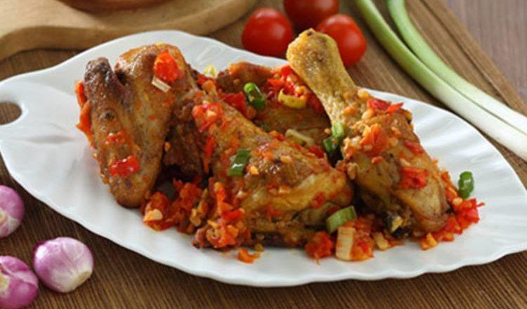Hasil dari resep ayam goreng masak tomat pedas untuk lauk makan.