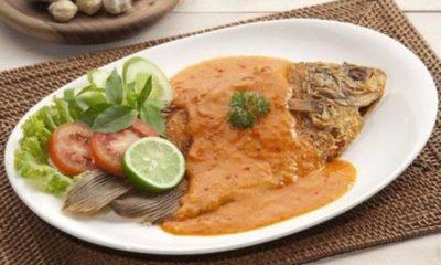 Sepiring ikan bumbu taliwang khas lombok yang siap disantap dengan nasi.