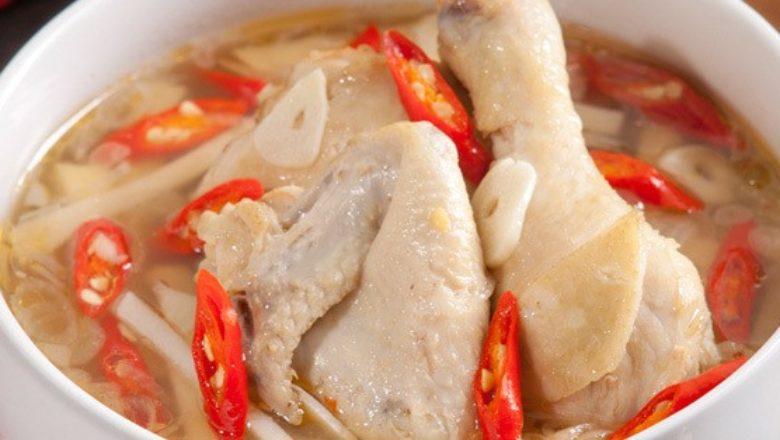 Ayam kuah pedas tersaji hangat dan siap dinikmati.