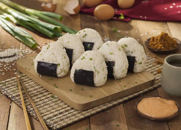 Sajian onigiri yang siap disantap diletakkan di atas talenan.