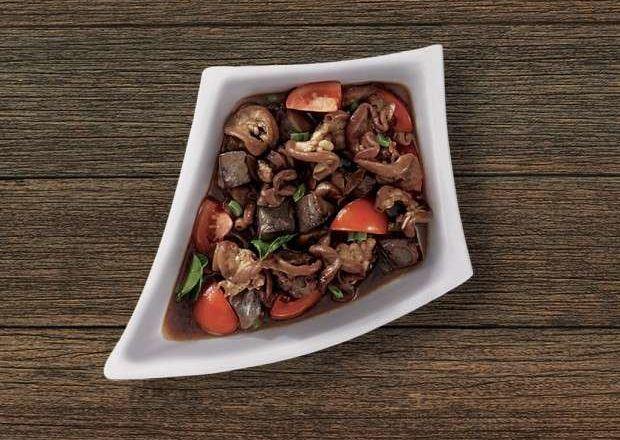 Hasil masak resep rabeg kambing tersaji di atas piring putih.