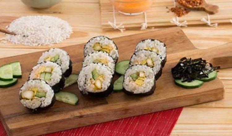 Hasil masak resep sushi roll dengan isian ayam dan mayo pedas.