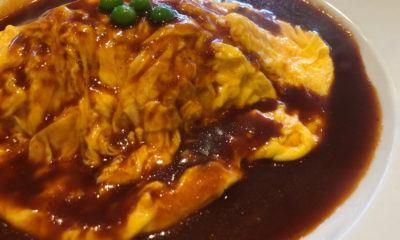 Hasil dari resep telur dadar sayuran saus kecap yang siap dihidangkan.
