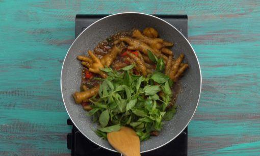 Tambahkan daun kemangi untuk aroma ceker bumbu kecap.