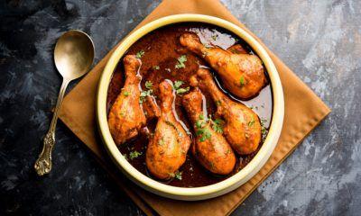 Beberapa paha ayam bumbu kari semur di dalam mangkuk saji.