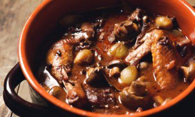 Semangkuk ayam kuah kecap dan jamur adalah lauk berprotein ganda untuk keluarga.