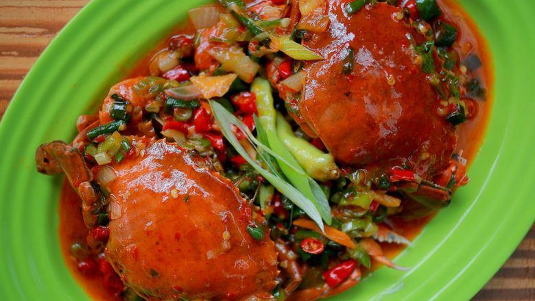 Sepiring kepiting saus padang siap disajikan untuk keluarga.