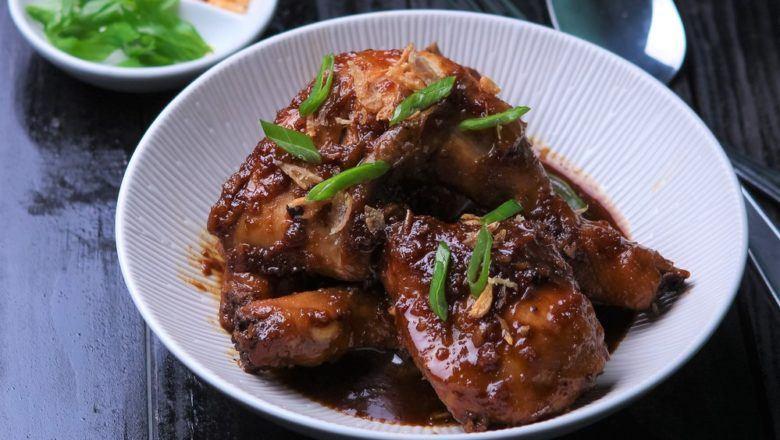 Sepiring ayam masak kecap yang ideal untuk mendampingi nasi hangat.