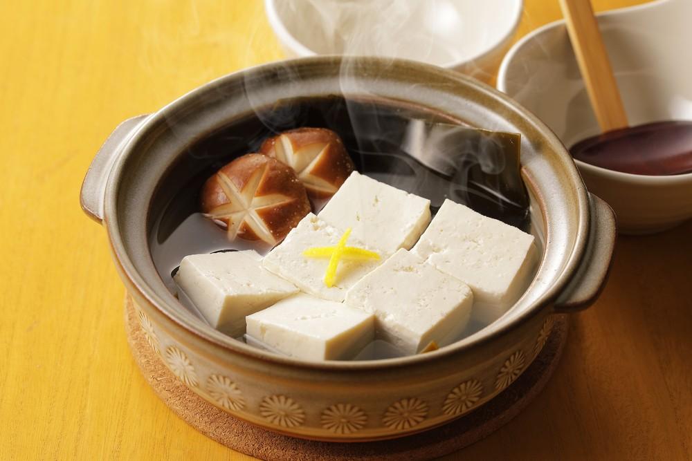 Tahu yang tersaji bersama jamur sebagai masakan Jepang.